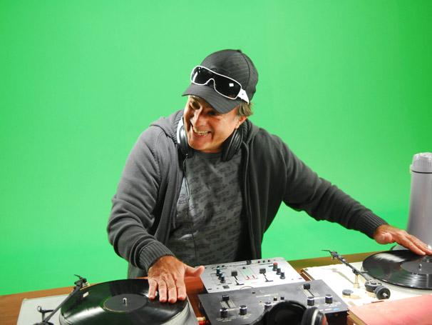 Tony Ramos interpreta um DJ na campanha Amigos da Escola que valoriza o papel dos pais