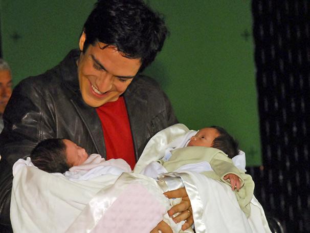 Miguel (Mateus Solano) assistiu ao parto e  se  emocionou ao ver o nascimento dos filhos