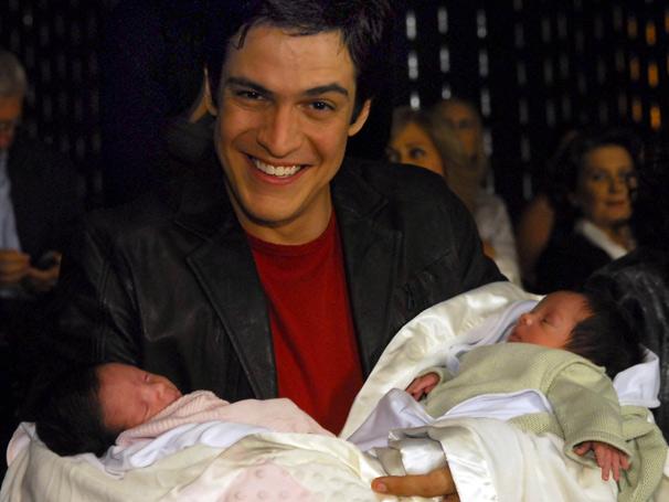 Miguel (Mateus Solano) é só alegria com a chegada dos gêmeos