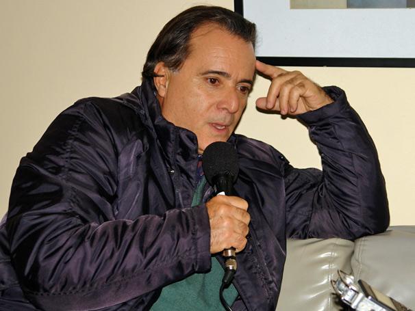 Tony Ramos, que interpreta o Totó em Passione, dá entrevista na sala de estar do estúdio H