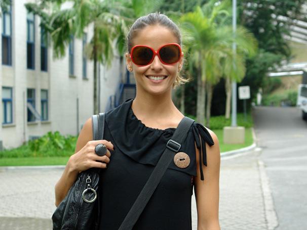 Segunda-feira, dia 17, é dia de gravação para Fernanda de Freitas. A atriz interpreta a assistente social Evelin na série S.O.S. Emergência. E olha o estilo da atriz para vir trabalhar: óculos vermelho, macacão preto e um super anel. Um luxo!