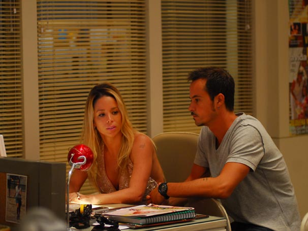 Manuela e Lírio são avisados de que têm que cobrir a internação de um músico famoso