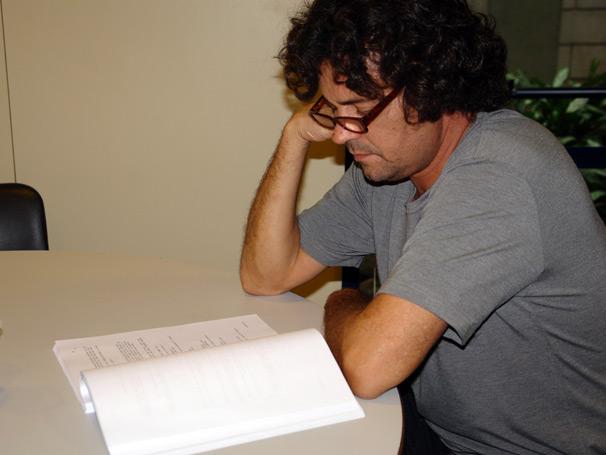 Olha a concentração do queridíssimo Felipe Camargo, o Portinho de Tempos Modernos, estudando o texto de seu personagem na sala de estar do estúdio B.