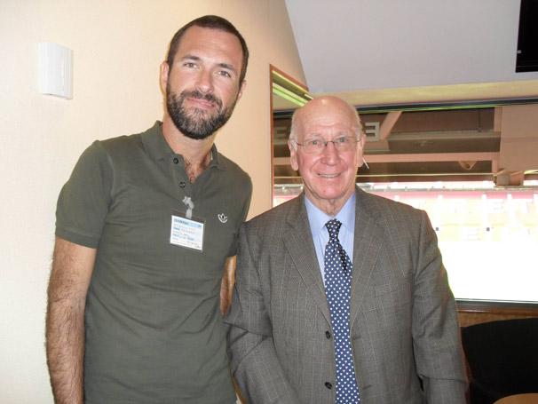 O produtor Marcelo Pizzi com o ex- jogador Sir Bobby Charlton, no estádio Old Trafford