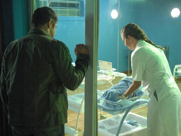 Wilson (Murilo Benício) se emociona com seu filho no berçário