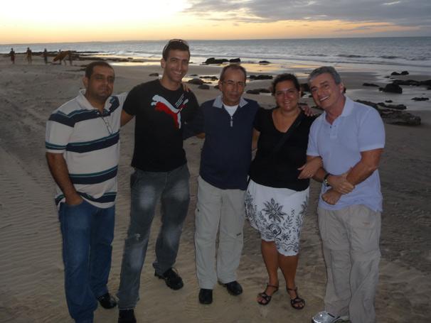 Flávio, no meio, com a equipe do programa e Edney Silvestre