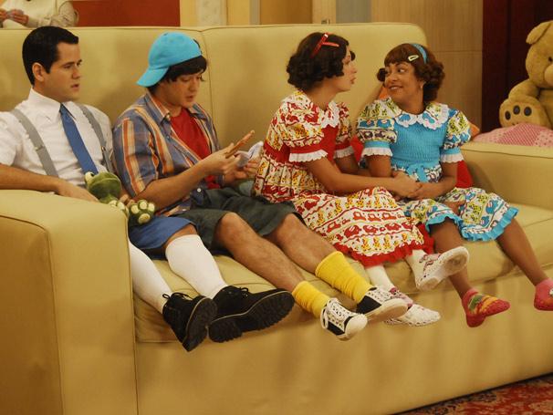 Marina (Samantha Schmütz), Caroline (Katiúscia Canoro), Soluço (Marcos Veras) e Gabriel (Wagner Trindade)