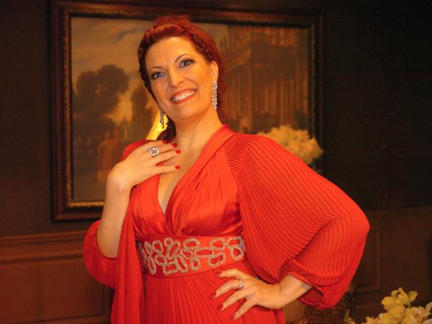 A cantora de ópera Mirella (Mirna Rubim)