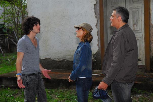 Cissa (Vera Zimmermann) e Paulo Roberto (Tarcísio Filho) repreendem Bernardo (Fiuk)
