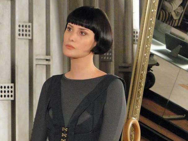 O vestido preto com fitas usado pela personagem Melina (Mayana Moura)