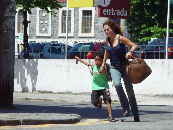 Verônica (Andréa Beltrão) foge com o menino Leandro (Matheus de Sá)