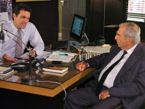 Mauro (Rodrigo Lombardi) conversa sobre Gerson (Marcello Antony) com seu pai