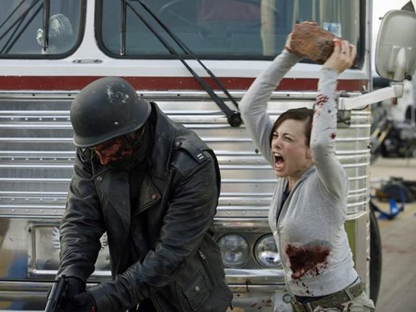 Com arma improvisada, Merideth Cole (Julie Mond) ataca a gangue