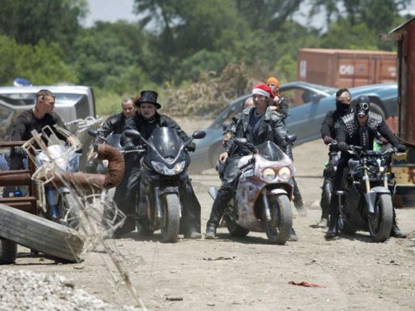 Gangue de motoqueiros ataca passageiros do ônibus em ferro velho