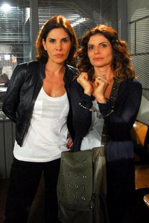 Delegada (Helena Fernandes) e Karin (Débora Bloch)