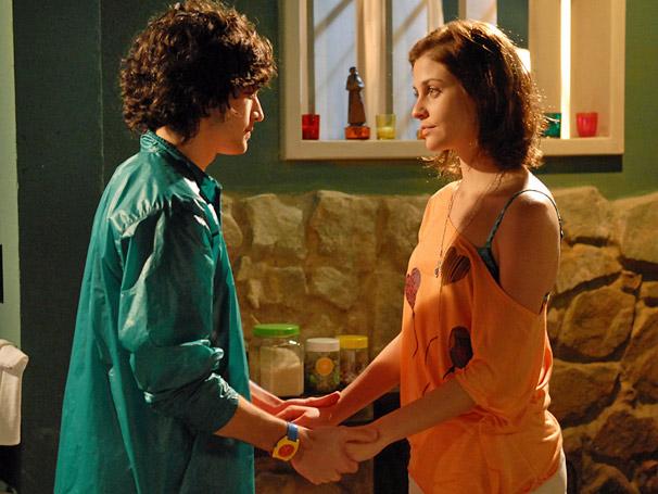 Bernardo (Fiuk) e Cris (Cristiana Peres) quase se beijam