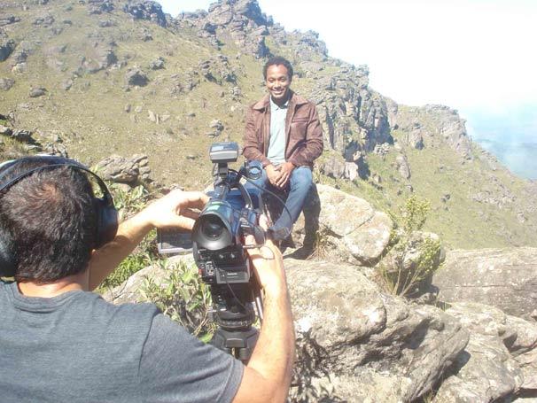 O apresentador Alexandre Henderson no pico do Itacolomi, em Ouro Preto.