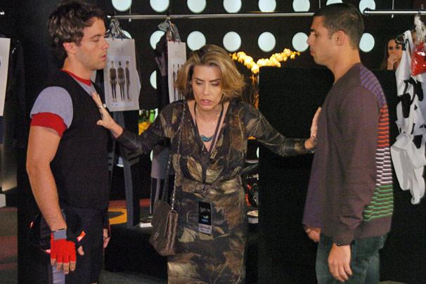 Stela (Maitê Proença) separa os filhos Sinval (Kayky Brito) e Danilo (Cauã Reymond) em discussão