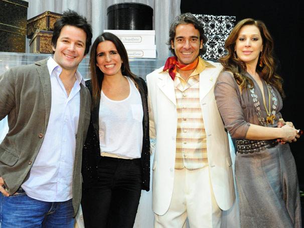 Na pele dos estilistas Victor Valentin e Jacques Leclair, Murilo Benício e Alexandre Borges posam com suas respectivas mulheres da ficção Malu Mader e Cláudia Raia