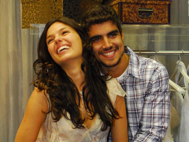 Ísis Valverde e Caio Castro se divertem com os vestidos de Jaques Leclair (Alexandre Borges)