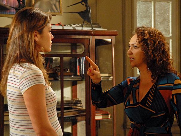 Hélia (Eliane Giardini) e Nara (Priscila Fantin) se enfrentam