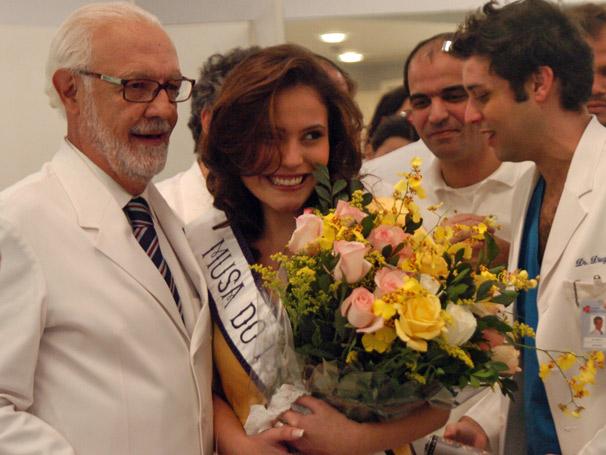 A musa Silene (Ana Caroline Dias) e Solano (Ney Latorraca)