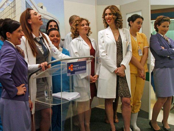 Dra. Michele (Marisa Orth) fica indignada com os quesitos que estão sendo observados no concurso