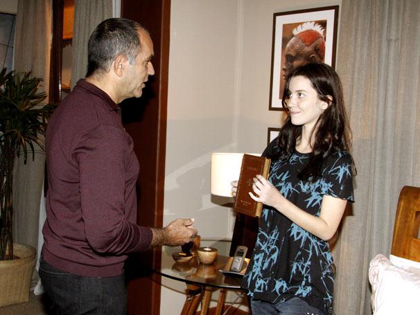 Ricardo (Humberto Martins) dá um livro à Vitória / Viviane (Nathalia Dill) para incentivá-la a estudar