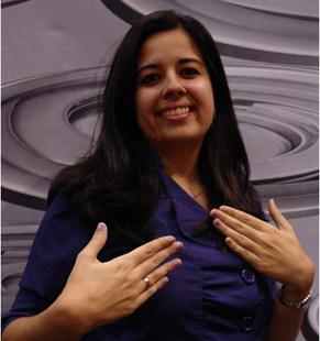 Marcela Meirelles exibe suas unhas da mesma cor da personagem Stela (Maite Proença)