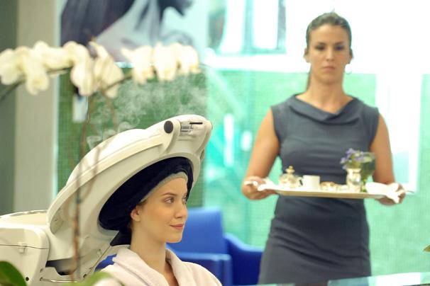 Viviane passa por transformação em salão de beleza no capítulo de Escrito nas Estrelas de sexta, dia 16