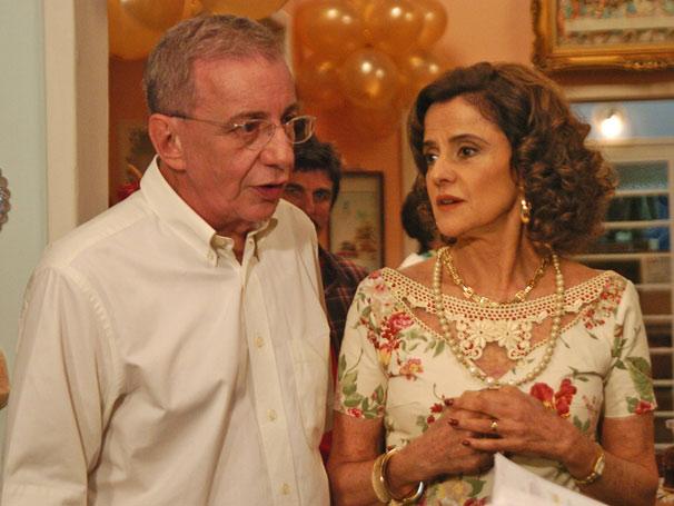 Lineu (Marco Nanini) faz festa surpresa para Nenê (Marieta Severo)