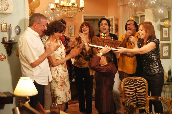 Agostinho traz o bolo e todos cantam parabéns para Nenê