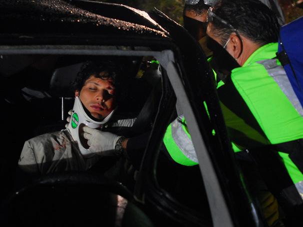 Osmar (Gustavo Leão) recebe atendimento após acidente