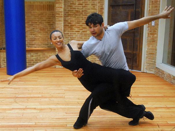 Sheron Menes e Marcelo ensaiam passos de dança de rua