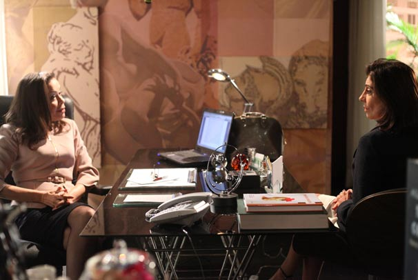 Catarina (Marília Pêra) conversa com a Dra. Germana (Thereza Piffer)