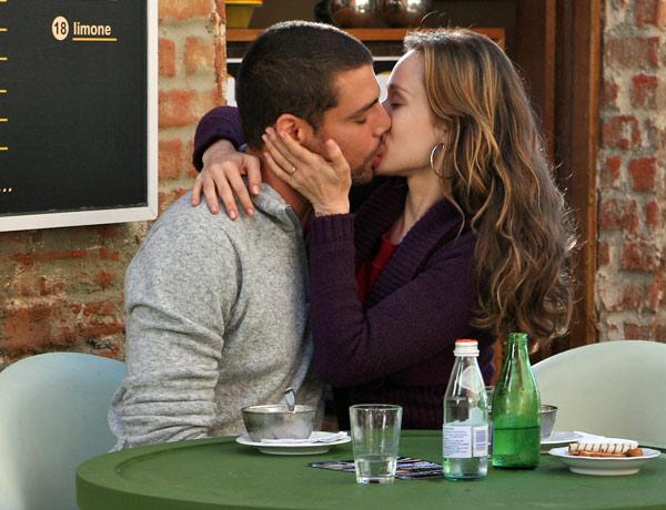 Clara (Mariana Ximenes) e Danilo (Cauã Reymond) se beijam