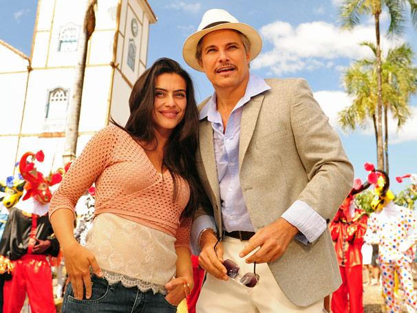 Estela (Cléo Pires) e Fernando (Edson Celulari) se divertem na Cavalhada