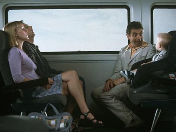 Rowan Atkinson também participa do filme como Enrico Pollini