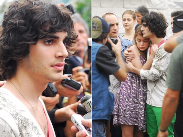 Bernardo (Fiuk) e Clarinha (Luciana Didone) ficam rodeados pela imprensa
