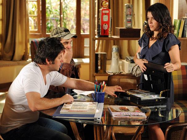 Ariclenes (Murilo Benício), Chico ( Rodrigo Lopez ) ficam chocados com a fortuna que há na pasta