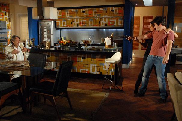 Ariclenes (Murilo Benício) aponta uma arma para Jacques Leclair (Alexandre Borges)