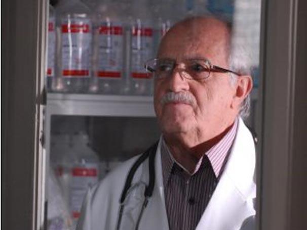 Ari Fontoura interpreta o diretor de hospital Dr. Turíbio Guedes