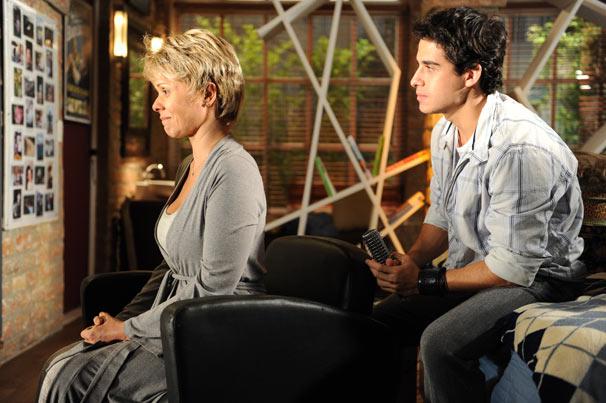 Julinho (André Arteche) fica emocionado com Bruna (Giulia Gam)
