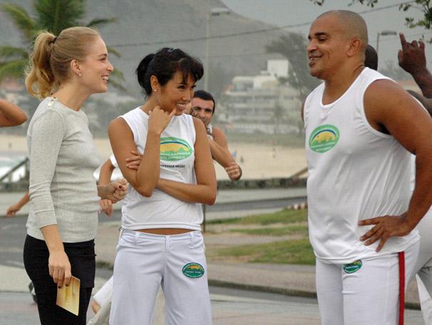 Angélica e Daniele Suzuki participam de aula de capoeira no Recreio dos Bandeirantes