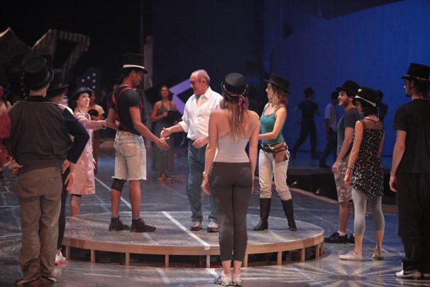 Renato Aragão ensaiando com trupe de atores