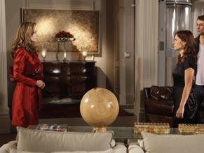 Diana ignora a apresença de Clara no jantar e se retira da sala