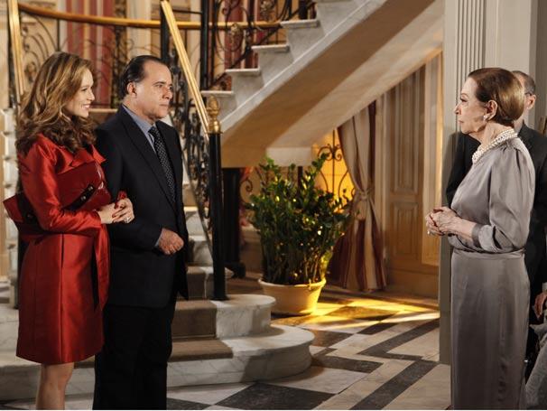 Cínica Clara chega à casa dos Gouveia e encontra Bete