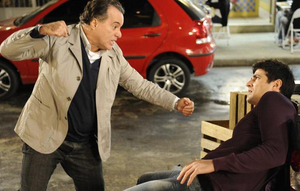 Furioso, Totó (Tony Ramos) parte para cima de Fred (Reynaldo Gianecchini)