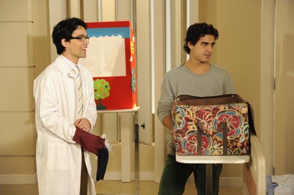 Julinho (André Arteche) apresenta o teatro de marionetes para crianças com câncer no hospital em que Dr. Eduardo trabalha