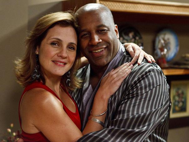Adriana Esteves e Aílton Graça são casados no episódio
